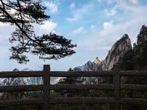 用栏杆围俯视的山脉 免版税图库摄影