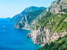 用树盖的岩石狂放的海岸线峭壁在拉韦洛,阿马尔菲海岸,那不勒斯,意大利 免版税库存照片