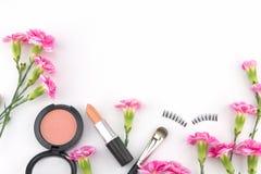 用桃红色康乃馨花装饰的化妆用品 库存图片