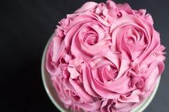 用桃红色玫瑰装饰的蛋糕 库存图片