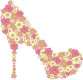用桃红色花装饰的鞋子。 免版税库存照片