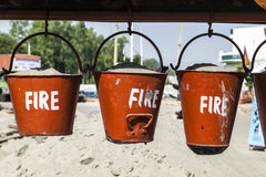 用桶提与在一个加油站的沙子的消防 免版税库存照片
