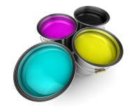 用桶提cmyk颜色油漆 免版税图库摄影