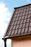 用棕色瓦片盖的乡间别墅的屋顶 库存照片
