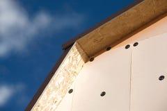 用棕色瓦片盖的乡间别墅的屋顶 库存图片
