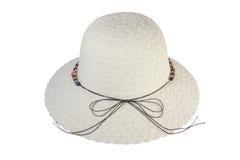 用棕色皮革绳索装饰的被编织的帽子 免版税图库摄影