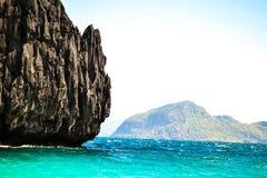 用植物和海峭壁的盖的美妙的看法绿松石海El Nido巴拉望岛菲律宾 库存图片