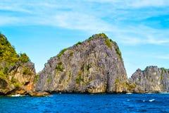 用植物盖的蓝色海、海峭壁和明亮的蓝天的美妙的看法 El Nido巴拉望岛菲律宾 库存图片