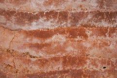 用橙色土壤不同的树荫的被猛撞的地球墙壁  免版税图库摄影
