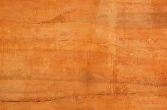 用橙色土壤不同的树荫的被猛撞的地球墙壁  库存图片