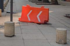 用橙色塑料结构盖的残破的阴沟用于 库存图片