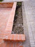 用橙色砖铺路石修筑的低墙壁 图库摄影