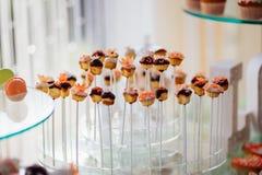 用橙色釉花装饰的被烘烤的甜点 免版税库存照片