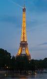 用欧洲champio的足球baloon装饰的埃佛尔铁塔 免版税库存图片