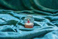用毯子包括的浩大的面积装饰 Snowglobe在中心 库存照片