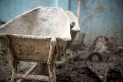 用水泥涂在建造场所,调动被混合的混凝土的车的台车 设备在建筑 库存照片