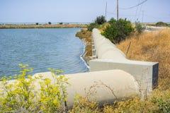 用水泥涂管子,旧金山湾地区,森尼韦尔,加利福尼亚 库存图片