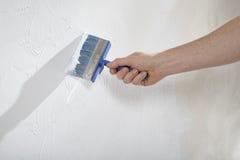 用油漆和膏药创造墙壁 库存照片