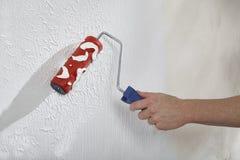 用油漆和膏药创造墙壁 免版税库存照片