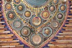 用泰国瓷装饰的墙壁背景 免版税库存图片