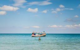 用浆划一条小的小船的一个人 图库摄影