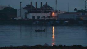 用浆划回到土地的渔夫在黄昏,科纳克里 股票视频