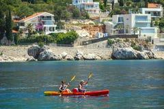 用浆划在亚得里亚海的两个人 免版税图库摄影