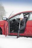 用浆划在冬日的汽车的逗人喜爱的女孩 免版税库存照片