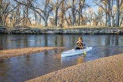 用浆划在南普拉特河的独木舟 免版税库存照片