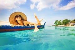 用浆划在小船的妇女 免版税库存图片