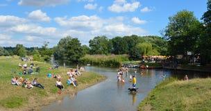 用浆划在河Stour的人们 免版税库存照片