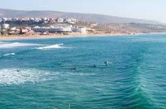 用浆划在波浪以后的冲浪者在海浪斑点在摩洛哥,2018年1月告诉了Banana Point 库存图片