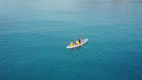 用浆划在海的人空中风景  股票录像