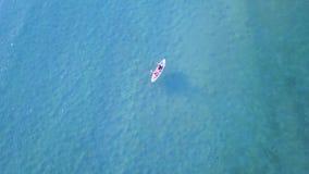 用浆划在海的人空中风景  股票视频