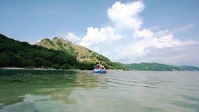 用浆划在海的年轻女人一个独木舟在暑假时在印度尼西亚 影视素材