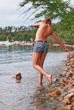 用浆划在湖的露胸部的妇女 免版税图库摄影