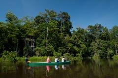 用浆划在的未认出的游人一个独木舟 库存图片