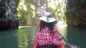 用浆划在美丽的盐水湖行动照相机pov女孩划皮船的后面背面图的皮船的妇女 股票视频