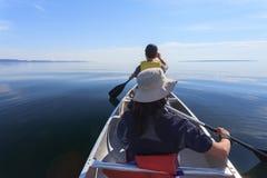 用浆划在苏必利尔湖 库存图片