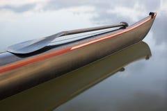 用浆划在赛跑舷外浮舟弓  免版税库存照片