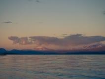 用浆划在镇静Akkajaure湖的遥远的皮艇 库存照片