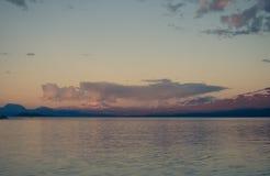 用浆划在镇静Akkajaure湖的遥远的皮艇 免版税库存照片