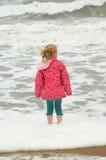 用浆划在风大浪急的海面 库存图片