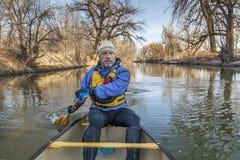 用浆划在Poudre河的独木舟 免版税图库摄影