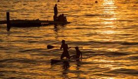 用浆划在Tahoe湖的孩子 免版税库存图片