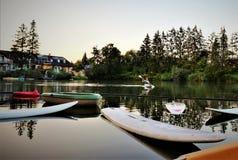 用浆划横跨湖的女孩 免版税库存照片