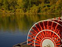 用浆划河船 库存图片