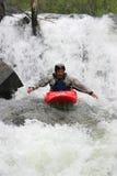 用浆划瀑布的现有量皮艇 免版税库存照片