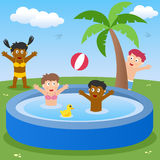 用浆划的孩子演奏池 免版税图库摄影
