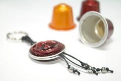 用浓咖啡胶囊做的DIY钥匙圈 免版税库存图片